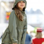 Mädchen mit Regenjacke lehnt auf Geländer Mädchen rennt - ©Ernst Vikne http://www.flickr.com/people/iboy/