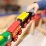 Kinderhand mit Spielzeugeisenbahn - ©Ernst Vikne http://www.flickr.com/people/iboy/